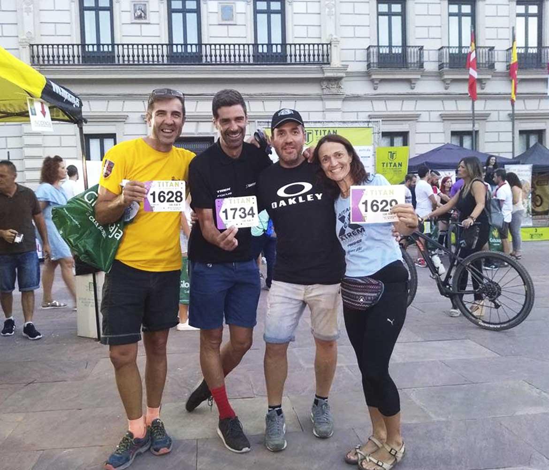 Participantes de la Titán de la Mancha 2018 orgullosos luciendo sus dorsales