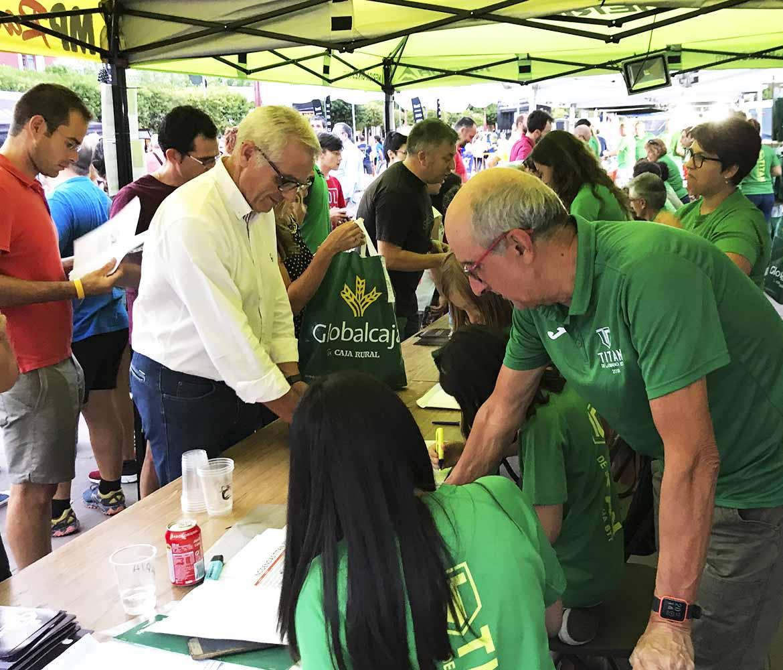 Inscripción de los participantes en el stand de global caja